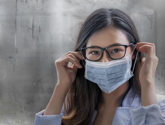 oseba z masko in nezamagljenimi očali
